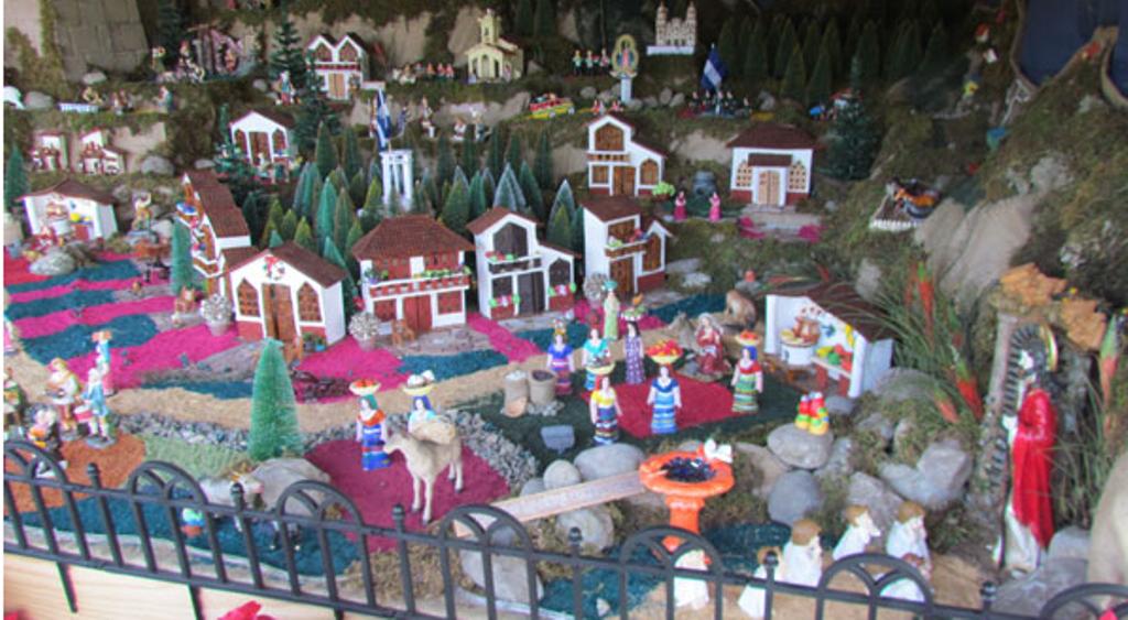 Ffaa recibir a cientos de personas en las villas for Villas navidenas de porcelana